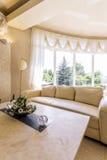 Vit vardagsrum med soffan och det panorama- fönstret arkivfoton