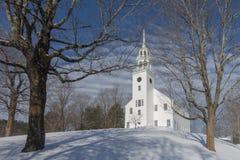 Vit Vermont kyrka på en snöig kulle arkivbilder