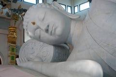 Vit vilaBuddha i Wat Pa Phu Kon som är nordöstra av Thailand Arkivbild