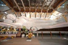 Vit vilaBuddha i Wat Pa Phu Kon som är nordöstra av Thailand Fotografering för Bildbyråer