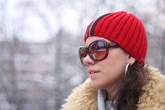 vit vinter för härlig flickaliggande Arkivfoto