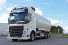 Vit Volvo behållarelastbil för mattransport Fotografering för Bildbyråer