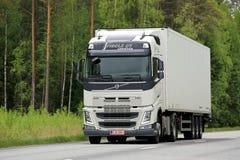 Vit Volvo FH lastbil på vägen Royaltyfri Fotografi