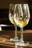 vit wine för exponeringsglas två Fotografering för Bildbyråer