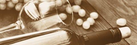 vit wine för flaska tacksägelse tonad bild arkivfoto