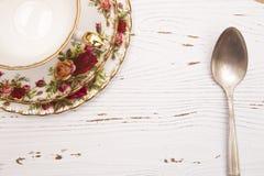 Vit Wood bakgrund med sked- och tekoppen Royaltyfri Fotografi