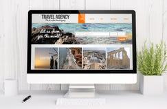 vit workspace med websiten för datorloppbyrå Arkivbild