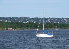 Vit yacht för segling på den Oslo hamnen Arkivfoto