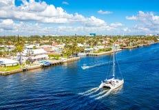 Vit yacht som bilar upp det Intracoastal Royaltyfria Bilder