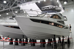 Vit yachtGaleon 420 FLUGA i utställningkrokusexpon i Mos Arkivfoton