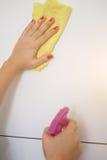 Vit yttersida för kvinnalokalvård i köket hemma royaltyfri bild