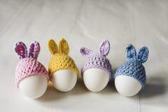 Vita ägg för påsk i form av dekorativa kaniner royaltyfria foton