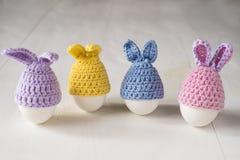 Vita ägg för påsk i form av dekorativa kaniner arkivfoto