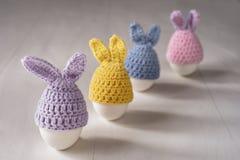 Vita ägg för påsk i form av dekorativa kaniner fotografering för bildbyråer