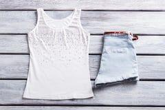 Vita ärmlös tröja och kortslutningar Arkivfoton