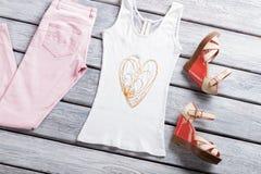 Vita ärmlös tröja och sandaler Royaltyfri Foto