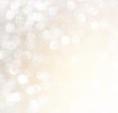 Vita abstrakta bokehljus för silver och för guld defocused bakgrund Arkivfoto