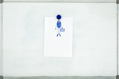 Vita ark av papper som fästas till det gamla smutsiga magnetiska brädet w Royaltyfri Foto