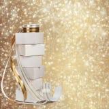 Vita askar med gåvor med det guld- bandet Royaltyfria Bilder
