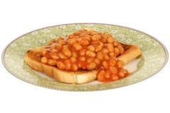 Vita bönor i tomatsås på rostat bröd på en platta Royaltyfria Foton