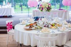 Vita banketttabeller för bröllop som är förberedda för Arkivbilder