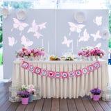 Vita banketttabeller för bröllop som är förberedda för Royaltyfria Foton