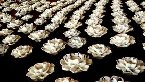 Vita blom- stearinljusställningar Arkivfoton