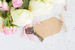 Vita blommande rosor för rosa färger och Arkivbild