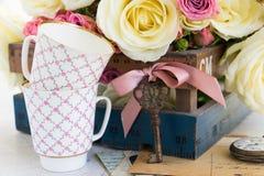 Vita blommande rosor för rosa färger och Fotografering för Bildbyråer