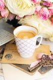 Vita blommande rosor för rosa färger och Arkivfoton