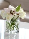 Vita blommor i en vase Arkivfoto