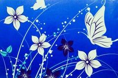 Vita blommor och fjärilar som dras på blå bakgrund royaltyfria foton
