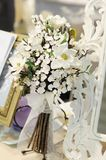 Vita blommor på tabellen Royaltyfri Fotografi