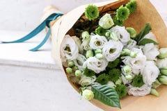 Vita blommor som slås in i papper Royaltyfri Bild