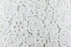 Vita blommor som virkas av ull Royaltyfria Foton