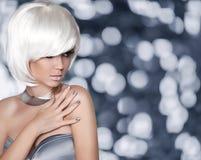 Vita Bob Hairstyle blond modeflicka för glamourstående för bakgrund svart kvinna Royaltyfri Bild