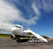 Vita Boeing 767 med flygplantrappa Royaltyfria Bilder