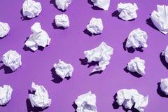 Vita bollar av skrynkligt papper som lägger på golvet Royaltyfri Fotografi