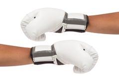 Vita boxninghandskar på isolerade händer inkluderar banan Arkivfoton