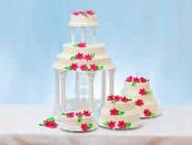 Vita bröllopstårtor royaltyfria bilder