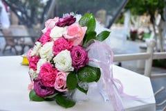 vita brud- rosa ro för bukett Fotografering för Bildbyråer