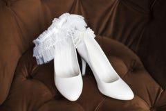 Vita brud- skor med strumpebandet Royaltyfria Bilder