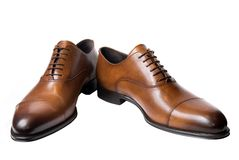 vita bruna klassiska isolerade male skor för läder Arkivfoton