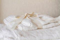 Vita brunnsorthanddukar med pilbågen Royaltyfri Foto