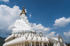 Vita buddha på blå himmel Arkivbild