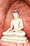 Vita Buddhaburmese utformar framme av tegelstenstenväggen Royaltyfria Bilder