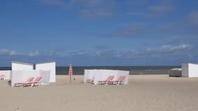 Vita cabanas på sjösidan Arkivbilder
