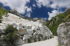 Vita Carrara marmorerar villebr?d n?ra Colonnata En brant gataintelligens royaltyfri fotografi