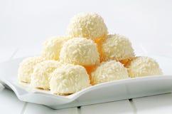 Vita choklad- och kokosnöttryfflar Fotografering för Bildbyråer