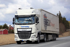Vita DAF Semi Truck på den lantliga huvudvägen Royaltyfri Fotografi